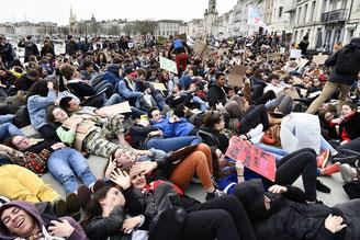 Manifestation étudiants revendications foule