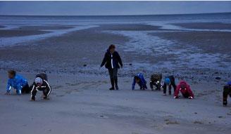 Handarbeit: kann man fühlen wo das Meer seine Spur hinterlassen hat?   Foto: Daudrich