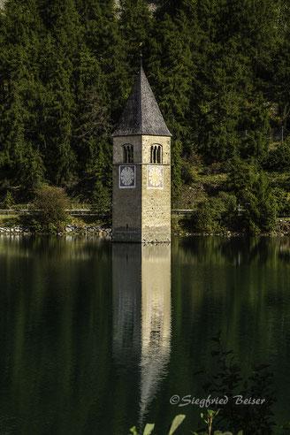Kirchturm von Altgraun im Reschensee. Siegfried Beiser Photography.