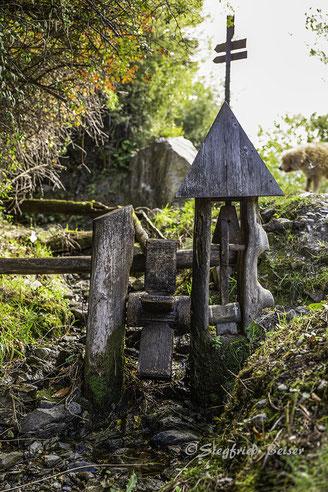Wasserrad mit Glöckchen an einem Waal in Südtirol. Siegfried Beiser Photography.