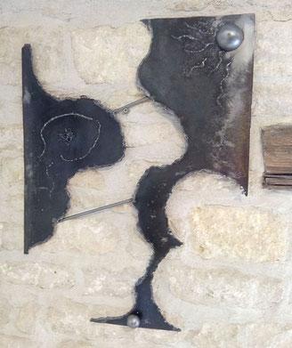 sculpture de mur en acier verni et petites boules en 2 parties reliées entre elles
