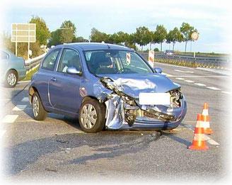 Frontschaden am Nissan Micra nach Frontalcrash