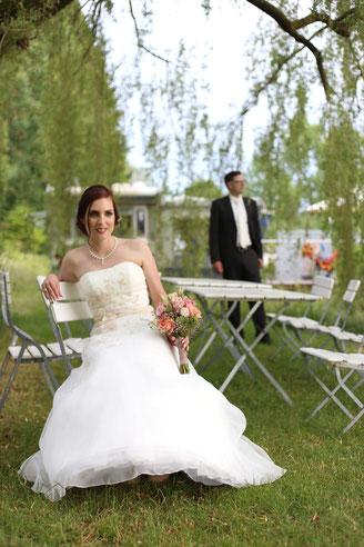Anika Enge fotografiert ein Brautpaar bei deren Hochzeit am Weiher in Buxheim in der Nähe von Memmingen