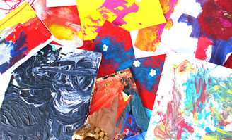 Kinderkunstwerke am Boden ausgebreitet