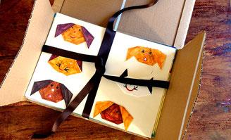 Kinderbilder in einer Kartonschachtel verpackt