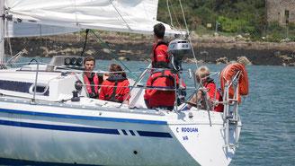 ... tenue rouge rayé et foulard, ils vivent des projets plus approfondis qu ils  choisissent en équipage ou en flottille complète , naviguent sur les  bateaux ... 4cc88cf673d