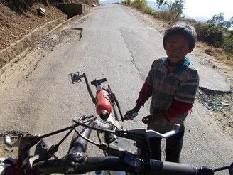 (上り道で出会った少年。ペダル回して上るのを手助けしてくれた。「チャイルドアシスト?」)