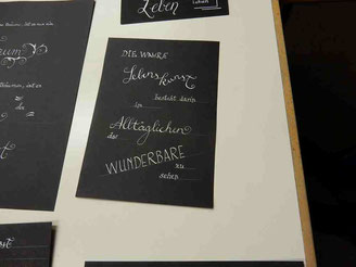 Moderne Kalligrafie als Wandbild - verspielt und dekorativ