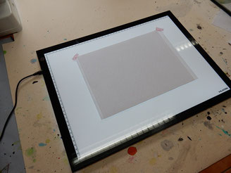 Reinschriftblatt und Linienblatt auf eingeschaltetem Lightpad