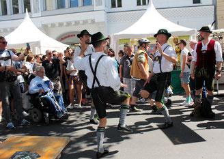 """Der schwule Berliner Schuhplattlerclub """"Die Querplattler"""" tanzen beim lesbisch-schwulen Stadtfest. Foto: Helga Karl 16.7.2016"""