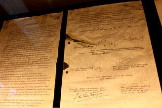 Befreiung: Urkunde der Bedingungslosen Kapitulation der faschistischen Deutschen Wehrmacht, unterzeichnet von Keitel am 8.Mai 1945, 9.Mai Moskauer Zeit.  Foto: Helga Karl (mit freundlicher  Erlaubnis Museum Karlshorst)