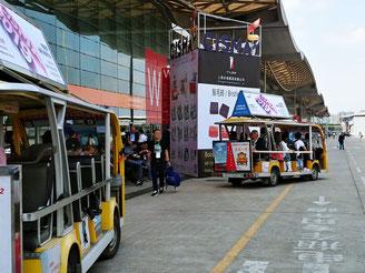 広すぎるので、移動用のバスが走っています。