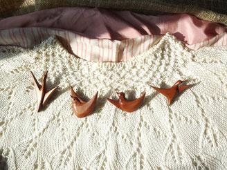 桜材の鶏のブローチ4種