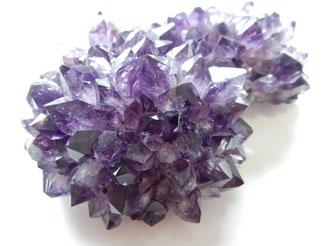 Wie die meisten Silikate besitzt auch Amethyst einen Glasglanz.
