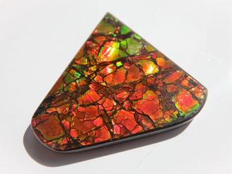Ammolit - Eine einzigartige Kombination von hoher Temperatur und Druck erzeugt die schillernden Farben dieser seltenen organsichen fosilen Edelsteine.