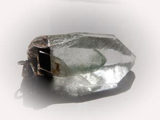Phamtomquarz, Phantombildung - Dies kann geschehen durch: Farbzonen durch Veränderung der Zusammensetzung der Lösungen während der Kristallisation, oder durch Einschluss von anderen Materialien oder Wachstumspausen und erneutes Wachstum.