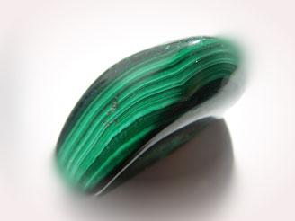 Material aus Malachit besitzt einen Glanz, der als seidig bezeichnet wird.