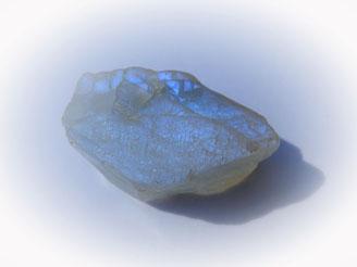Mondstein besitzt einen Adulareszenz genannten Effekt, verursacht durch die ungewöhliche Lamellenstruktur des minerals, die Licht bricht und Streut.