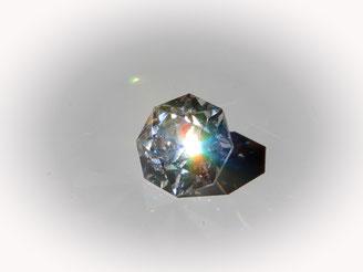 Die Facetten dieses farblosen Cubic Zirkonias BI 1,81 - 2,02 maximieren die Lichtreflexion in seinem transparenten inneren. Kommt in Feuer und Brillanz fast dem Diamanten gleich.