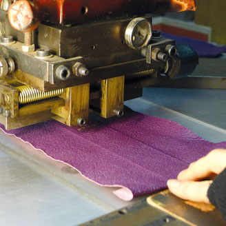 Mise en place du cuir pour le titrage au balancier