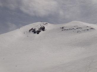 剣ヶ峰と朝日岳の間からBCスキーヤーが滑ってきます