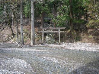 廃村茨川の神社、かろうじて水より逃れる?