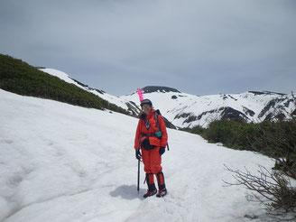 2000M付近。旗を背負って登ったが、今回も出番なし。背景は大汝と御前峰(?)