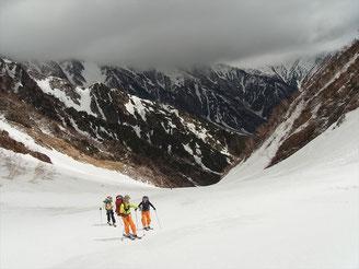 振り返っても、どんより、赤沢岳、鳴沢岳も雲の中