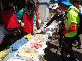 スキー場跡の第2エイド(16.5km地点)。ジャムパン、バナナ、スポドリとたくさんいただきました!