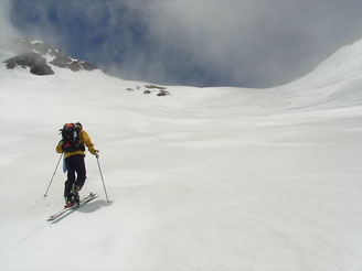 針ノ木岳とスバリ岳のコルに向けて登行