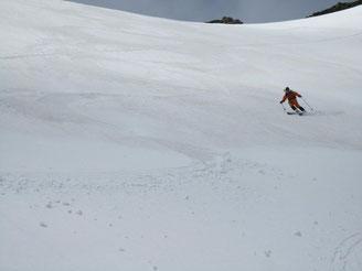 マヤクボ沢を滑降、ザラメ雪で快適
