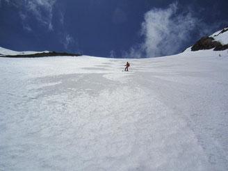 登りで怖かった急斜面も快適なザラメ斜面でした