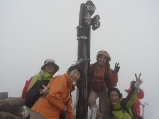 7:40 赤岳山頂到着。順番待ちで写真を撮る