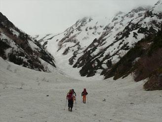 針ノ木雪渓を登行。空は、どんより、山頂は雲の中