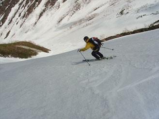 針ノ木雪渓に向けて飛ばすO氏。滑降いい
