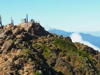 赤岳北峰に行くとガスが取れ、南方の山頂がくっきり