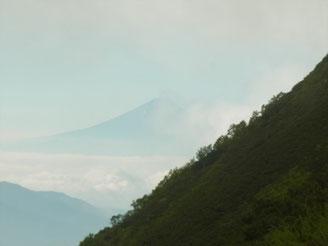 富士山が見えても、すぐにガスの中に消えます