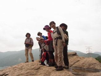 大岩に上って敦賀湾を一望