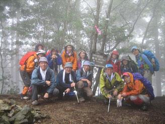 雨の中、焼杉山頂上にて