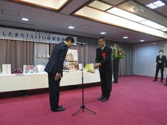 台東区長より表彰状を受け取る弊社代表の加藤
