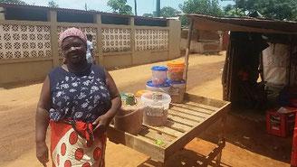 Maputo. Une micro-entrepreneuse et son négoce, soutenue par le programme.