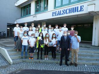 Offizielle Übergabe der Funkgeräte - Schulsanitäter mit Hr. Thomas Zuber und Hr. Hampel- Bild: Franze