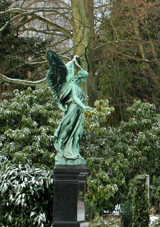 Engel mit Rose Ohlsdorfer Friedhof Bild: Susann Wuschko