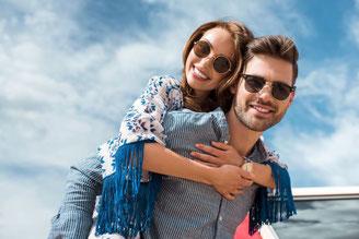Paar mit Sonnenbrillen