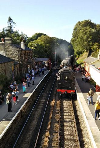 ゴースランド駅に到着した蒸気機関車