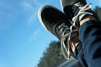 Füße hochgelegt in der Natur Entspannung