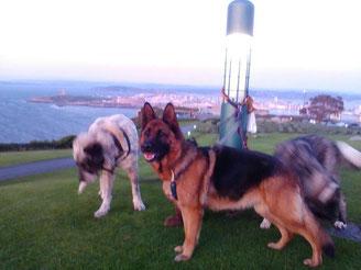 2 leyendas de la fundación de Coruña pinchando la foto.