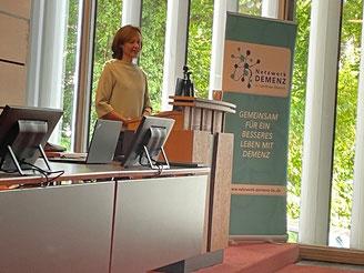 Frau Dr. Mirjam Meyer hält den Vortrag im großen Sizungssaal im Landratsamt Biberach