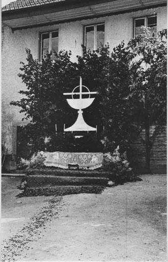 """Herrgottstag 1947: Altar bei """"s Chronewirts"""" an der Kirchbachstrasse. Auf den Boden wurden farbige Blütenblätter gestreut. (Foto: Kolb, Basel)"""