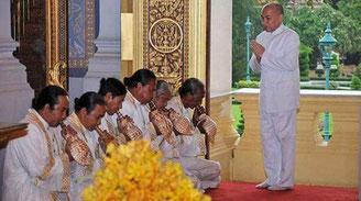 Deux officiants de la Cour Royale du Cambodge tenant à la main les conques kchong seang au cours de la fête du sillon sacré en 2012.